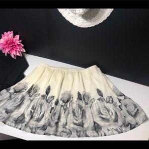 Flowing & flattering skirt cream & black